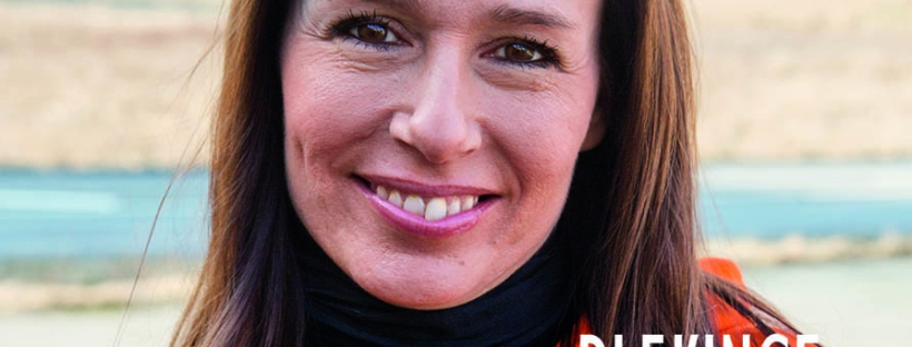 Mörkhårig leende kvinna med luvtröja